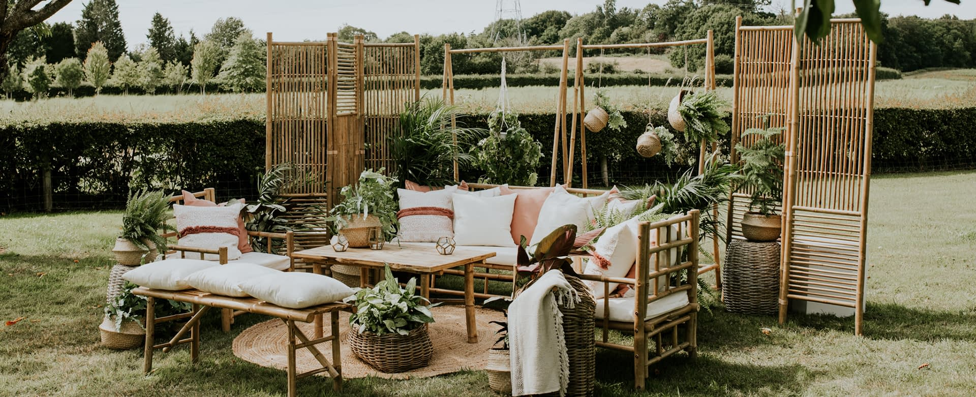 How to Create the Perfect Outdoor Wedding Lounge
